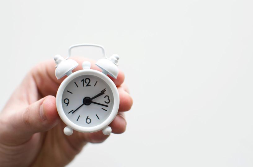 relógio despertador branco ilustrando o tempo de analisar requisitos não funcionais