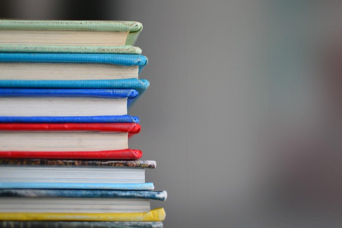 Pilha de livros ilustrando como documentar e organizar requisitos não funcionais