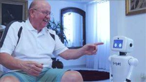 Usuário idoso interagindo com assistentes virtuais