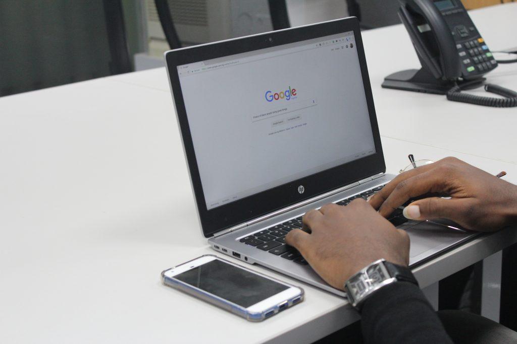 Pessoa acessando o google para conferir SEO e como melhorar o rankeamento