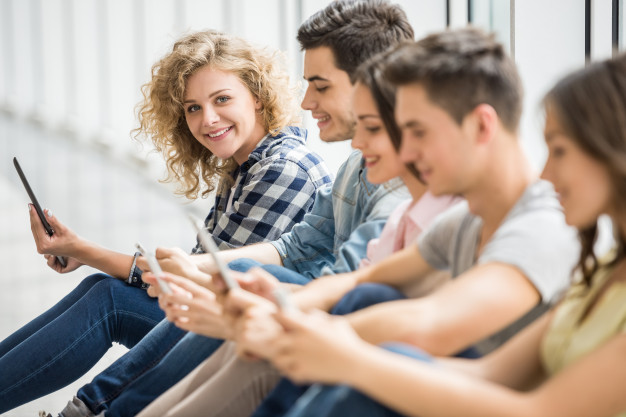 millennials usando smartphones
