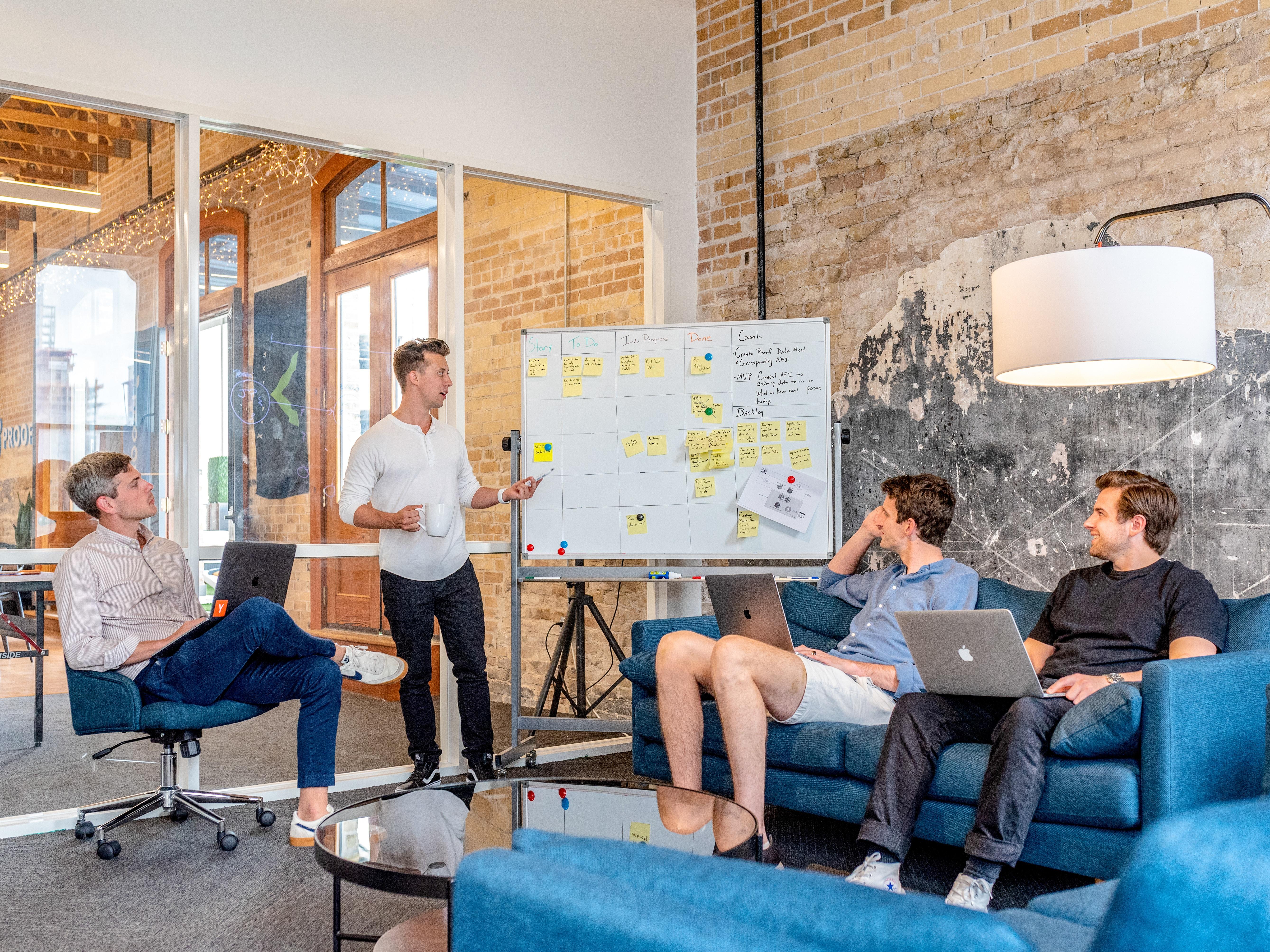 Equipe Discutindo Estilos De Liderança Na Tech Journey