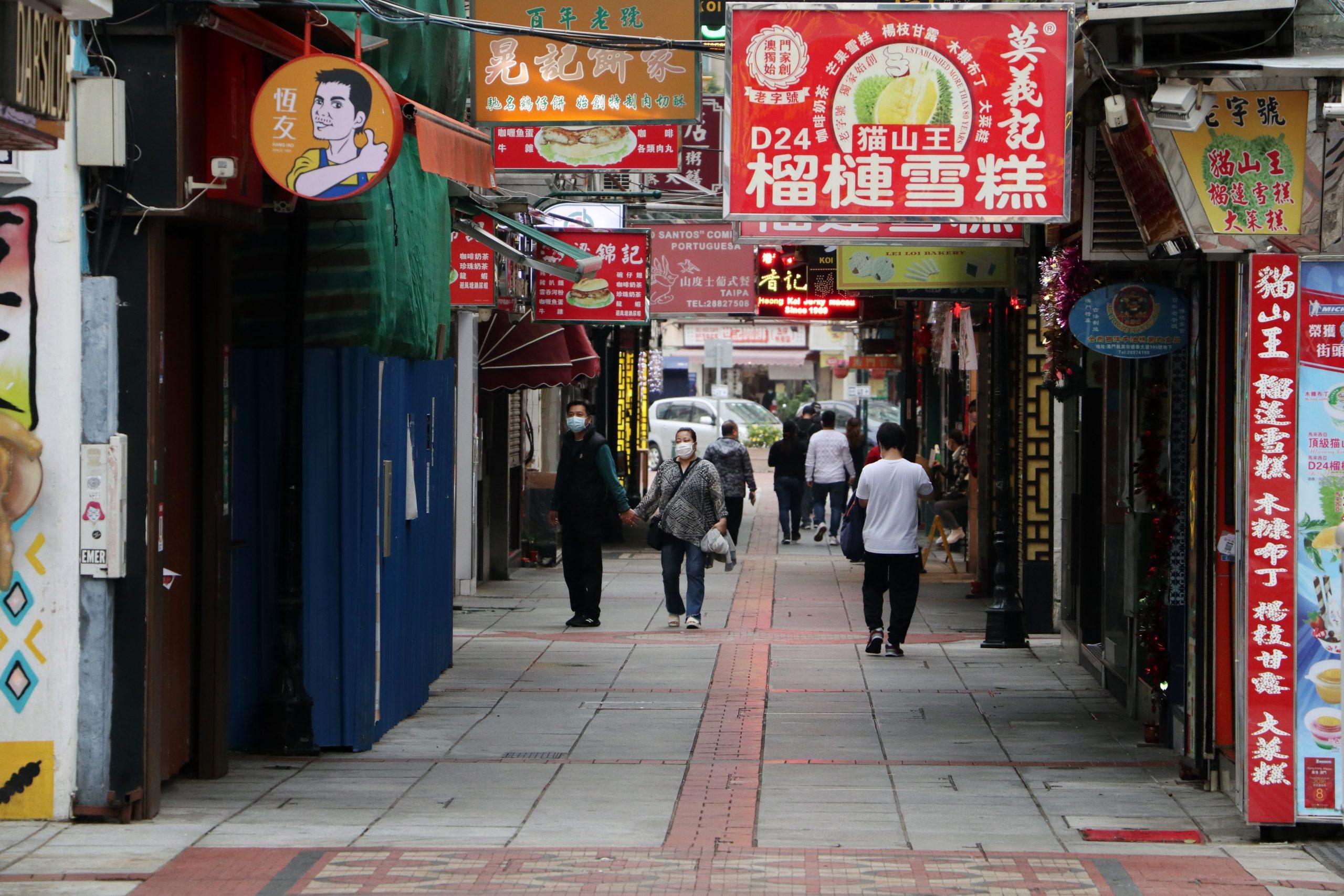 Foto Do Mercado De Macau Com Pessoas Usando Máscara, Ilustrando Pandemia De Coronavírus E Seus Efeito No Mercado