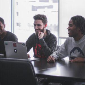 Equipe De Desenvolvimento De Software Estudando Spin Selling